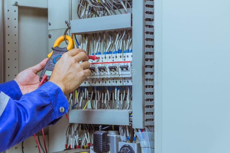 Les ingénieurs masculins vérifient le système électrique avec l'electroni image libre de droits