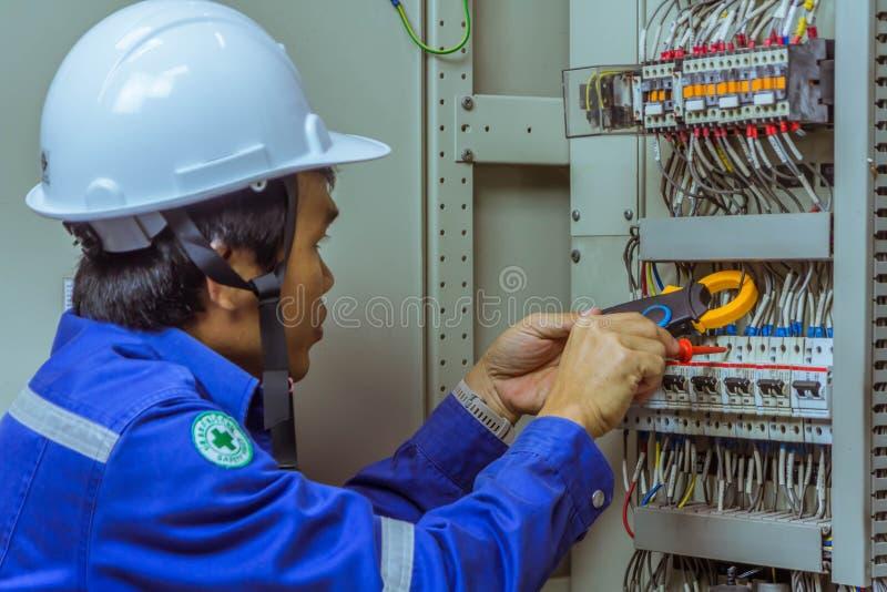 Les ingénieurs masculins vérifient le système électrique avec l'electroni images stock