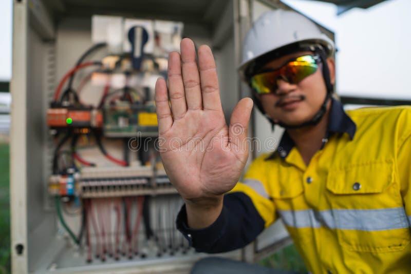 Les ingénieurs se levèrent les mains pour montrer des panneaux qui ne pénètrent pas dans la zone dangereuse photos libres de droits