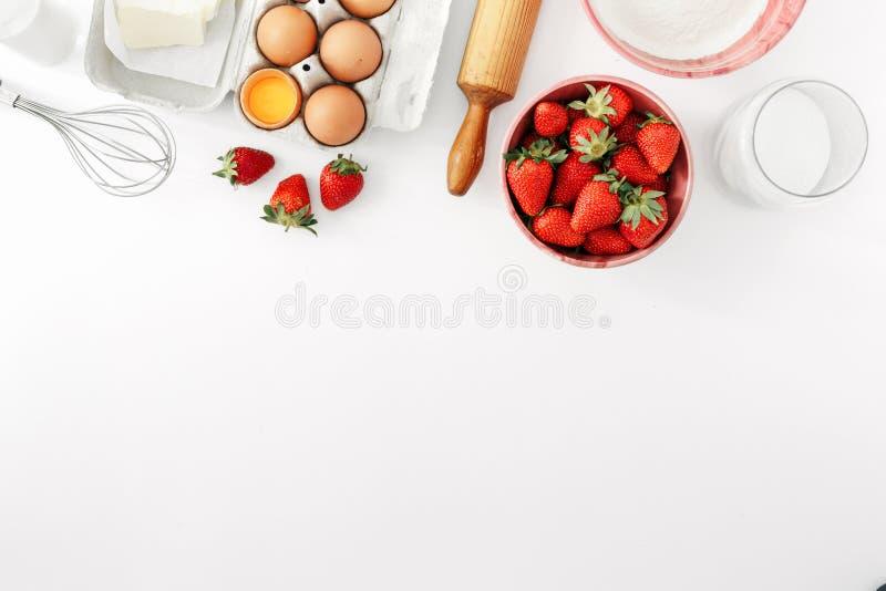Les ingrédients crus faisant cuire le tarte de fraise durcissent l'appartement de vue supérieure étendu au sujet de images libres de droits