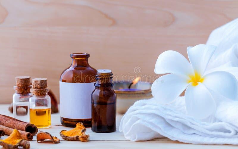 Les ingrédients de station thermale et la bouteille naturels de l'extrait de fines herbes huilent pour l'alt image stock
