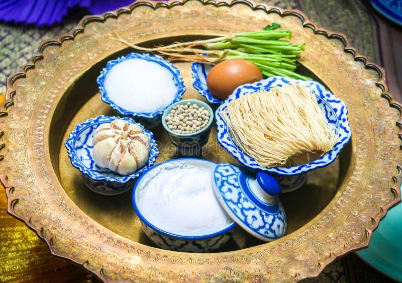 Les ingrédients Deep fried ont enveloppé le porc avec la nouille chinoise ou les sarongs de MOO, nourriture thaïlandaise photo libre de droits