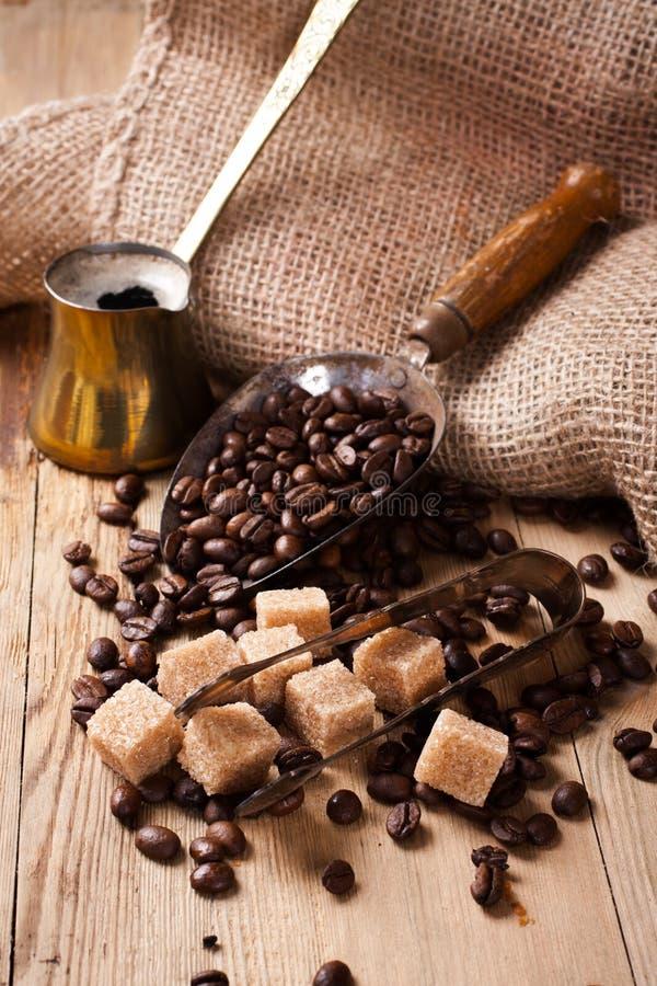Les ingrédients et les ustensiles pour faire le café images stock