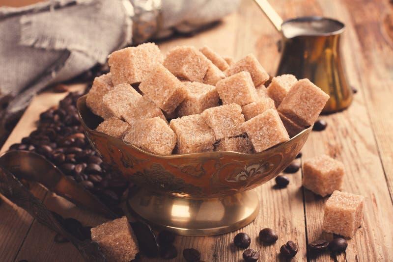 Les ingrédients et les ustensiles pour faire le café photo stock