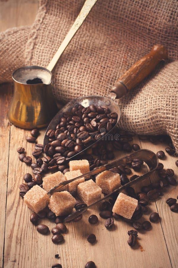 Les ingrédients et les ustensiles pour faire le café image stock