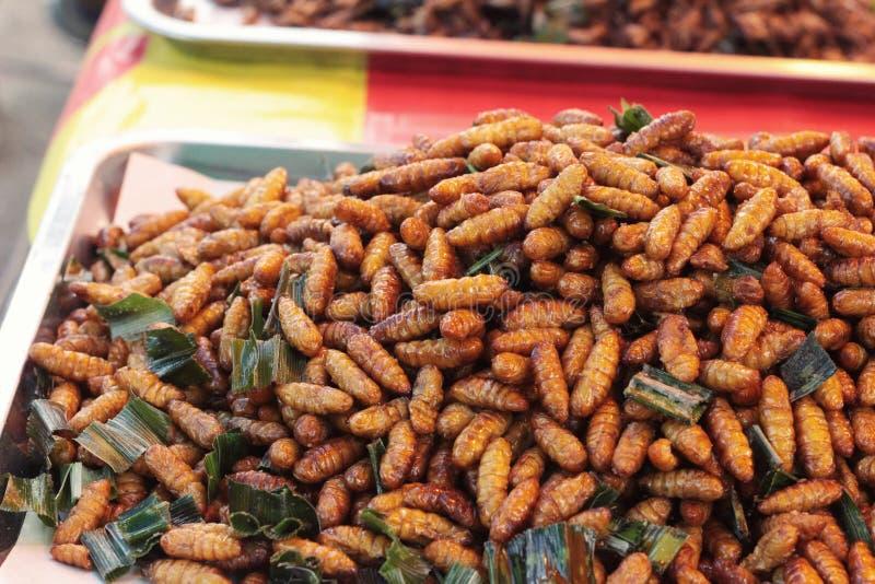 les insectes frits est délicieux sur le marché images stock