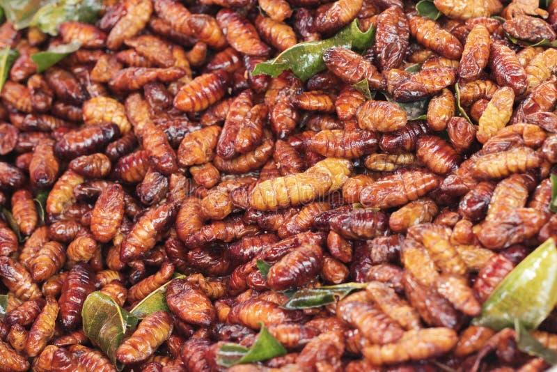 les insectes frits est délicieux sur le marché image stock