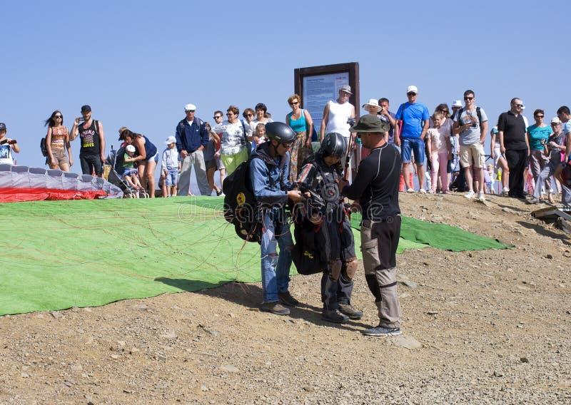 Les instructeurs préparent un touriste pour un vol sur un parapentiste photos stock