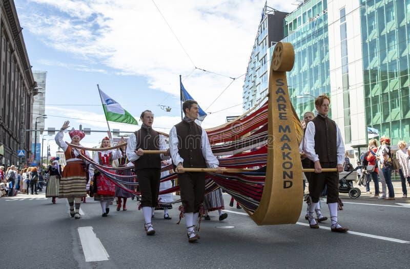 Les insulaires estoniens arrivent à un festival de chants avec leur bateau images libres de droits