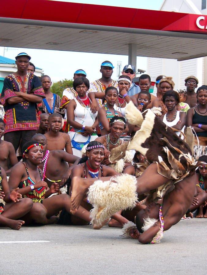 Les interprètes africains amusent des foules chez Ironman photos stock