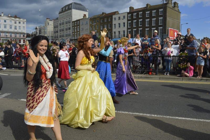 Les interprètes costumés participent au défilé de carnaval de Margate photographie stock