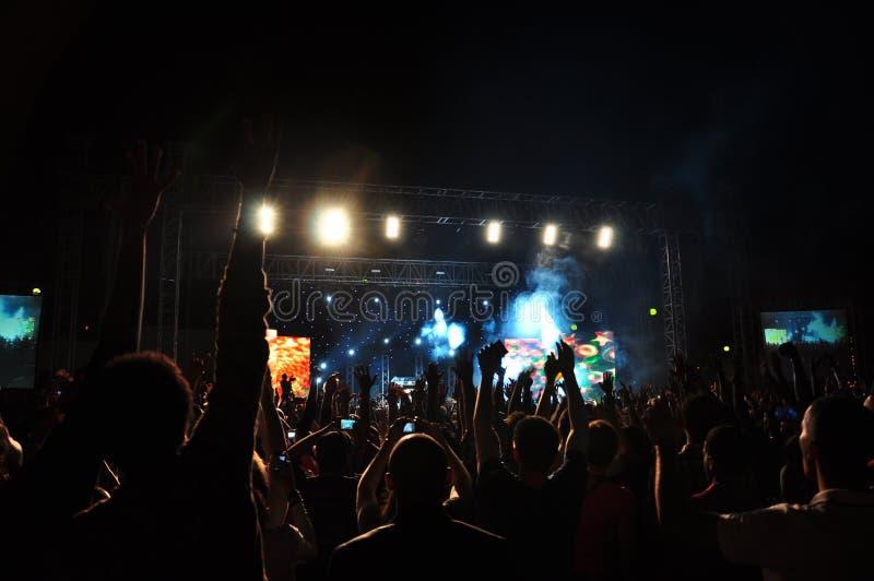 Les interprètes présentent le concert sous tension images libres de droits