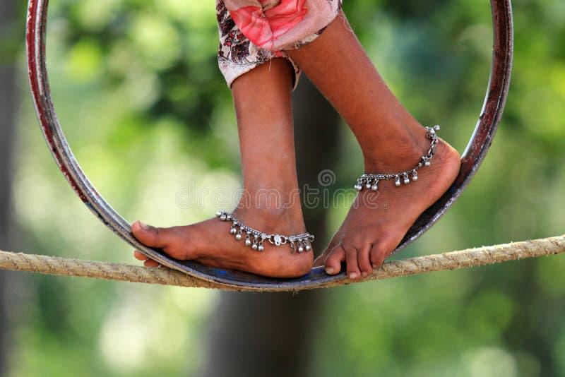 Les Jambes d'une Indienne font des acrobaties de rue photo libre de droits