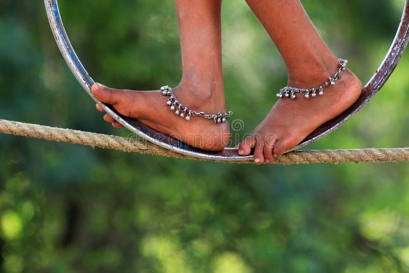 Les Jambes d'une Indienne font des acrobaties de rue photos stock