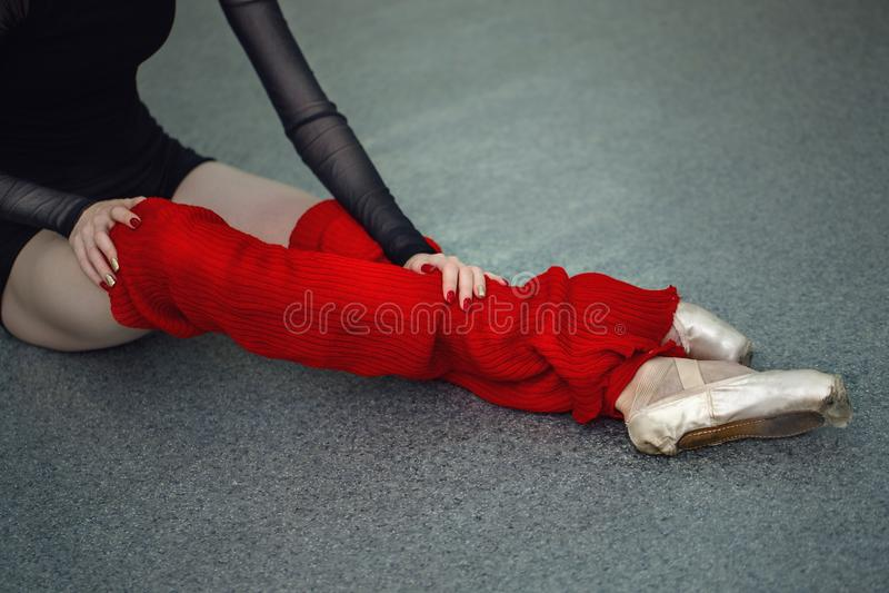 Les jambes de la ballerine dans le pointe de guêtres chausse le plan rapproché image stock