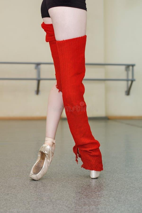 Les jambes de la ballerine dans le pointe de guêtres chausse le plan rapproché photographie stock libre de droits