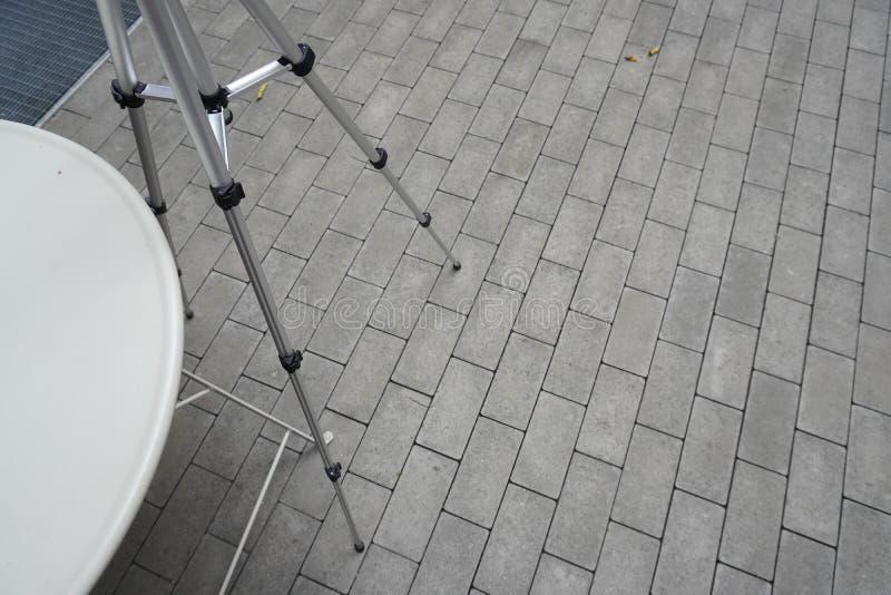 Les jambes du trépied pour le téléphone ou la caméra sont sur l'asphalte l'équipement du photographe, utilisé à la vidéo de tir o photographie stock libre de droits