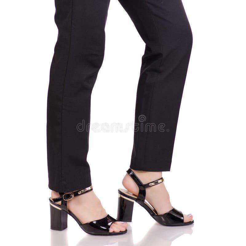 Les jambes femelles dans le noir classique halète le style noir de classique de chaussures de laque image libre de droits