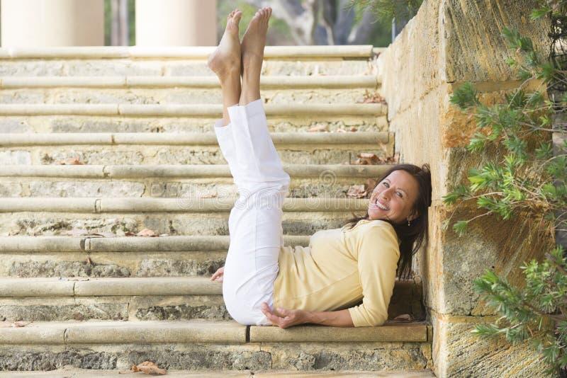 Les jambes mûres heureuses sûres de femme lèvent extérieur photo stock