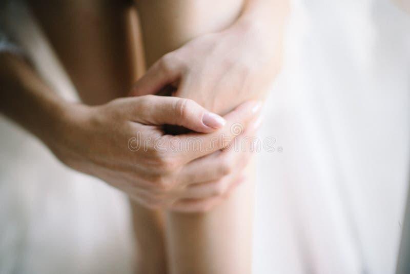 Les jambes ras?es douces femelles se ferment  Soin de peau photographie stock