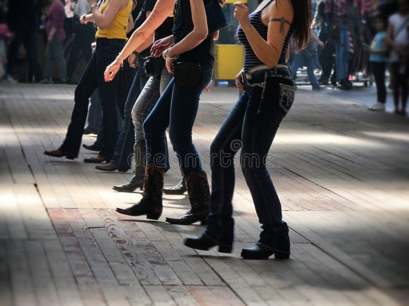Les jambes se ferment de l'effet occidental traditionnel de dynamisme de tache floue de danseurs de musique folk photos stock