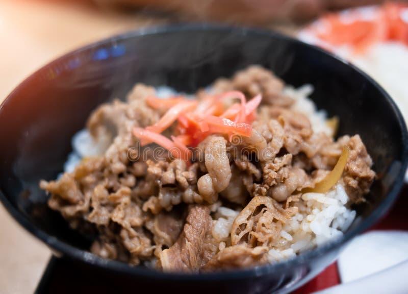 Les Japonais fermentent coupent en tranches le boeuf avec du riz images libres de droits