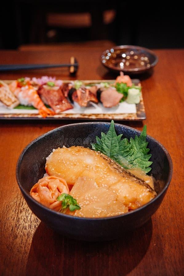 Les Japonais grillés pêchent le bol de riz de donburi et mélangent des sushi sur en bois merci photo stock