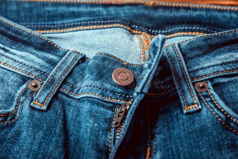 Les jeans bleu-clair ouverts de denim volent photos libres de droits