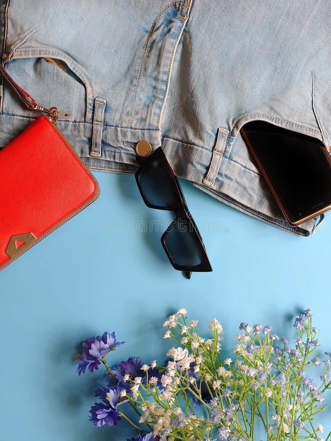 Les jeans de femmes façonnent aux sandales blanches Ring Earring d'été d'accessoires l'arc rouge de chapeau de sac à main la mode photographie stock