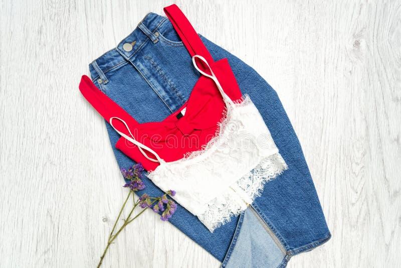 Les jeans dessus bordent, rouges et blancs, collage concept à la mode image stock