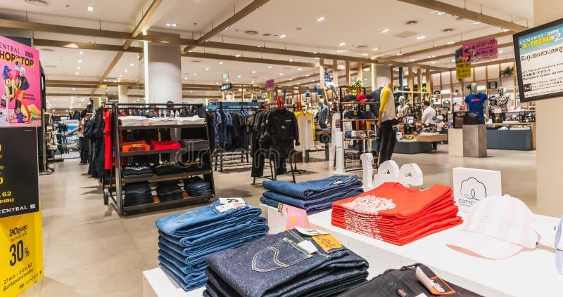 Les jeans font des emplettes dans le magasin central à la route Bangna-traditionnelle Bangna Bangkok Thaïlande images libres de droits