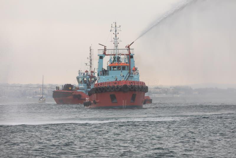 les jets de bateaux de feu arrosent pendant s'éteint un feu dessus dans un exercice image stock
