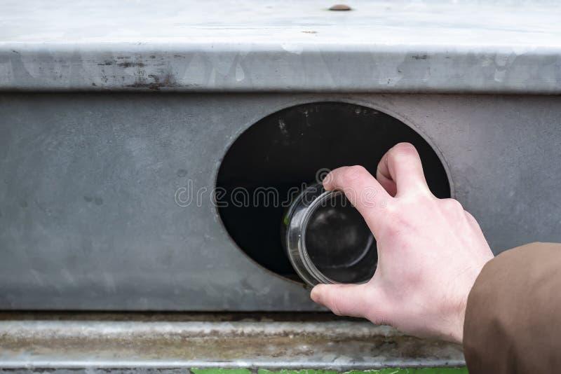Les jets humains de main ont employé les boîtes blanches d'aliment pour bébé en boîte dans un conteneur pour la réutilisation Tri photo libre de droits