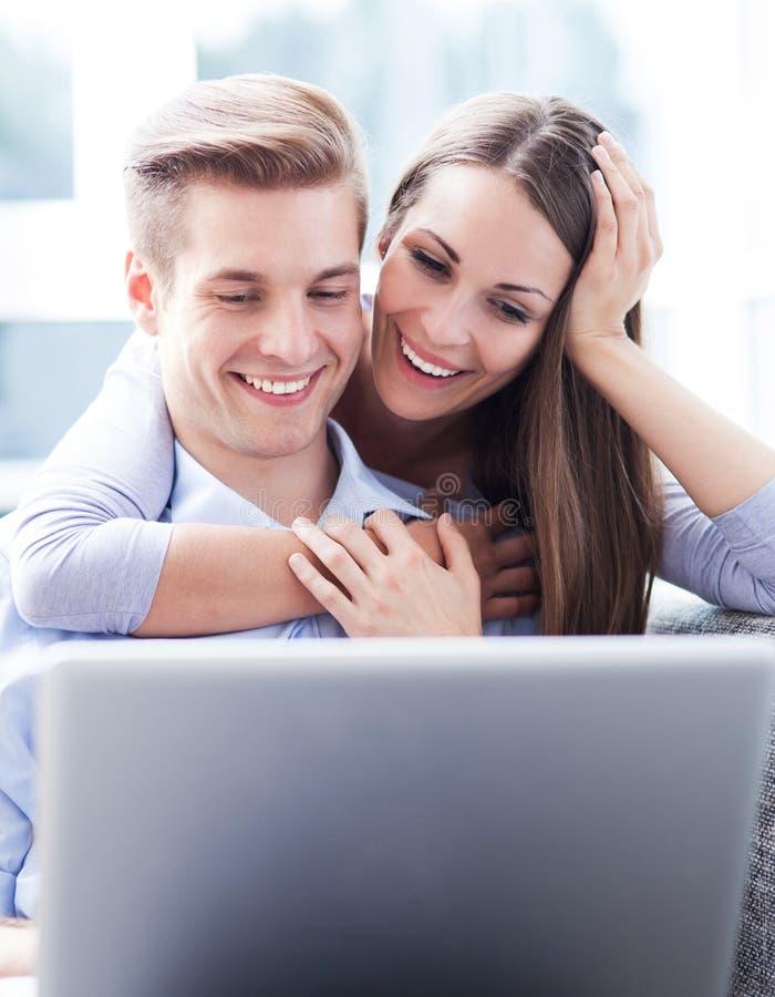 Les jeunes à l'aide de l'ordinateur portable image stock