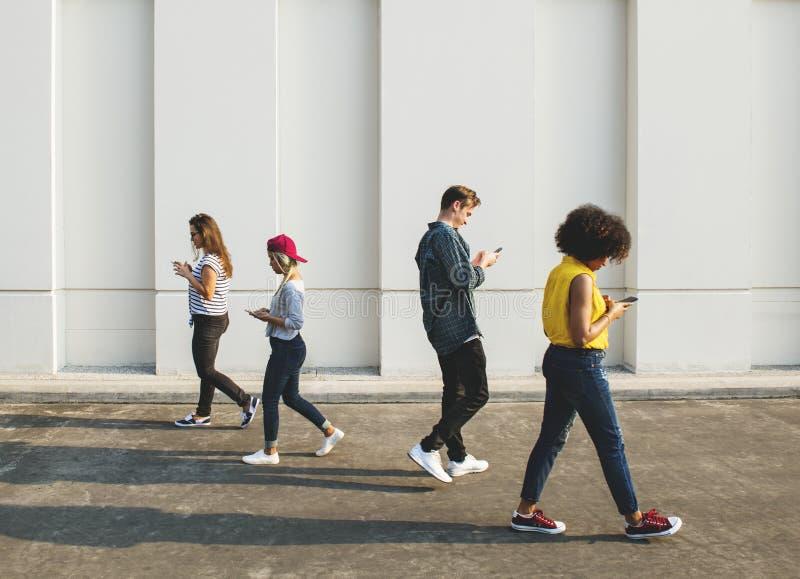 Les jeunes à l'aide des smartphones dehors images libres de droits
