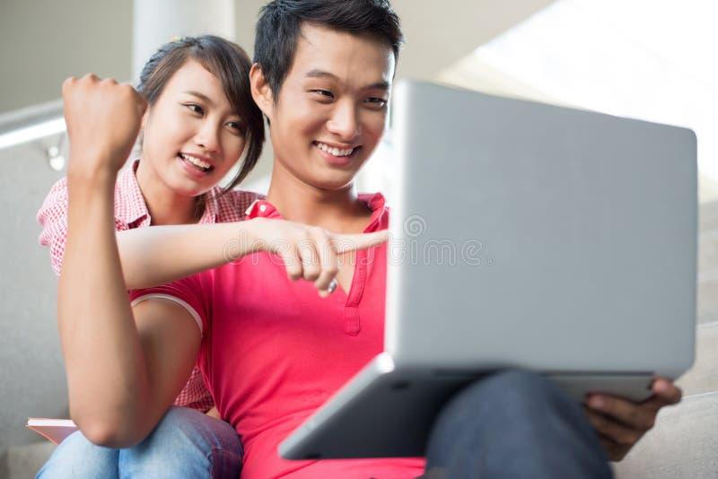 Les jeunes à l'ordinateur photographie stock