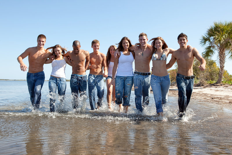 Les jeunes à la plage photos stock