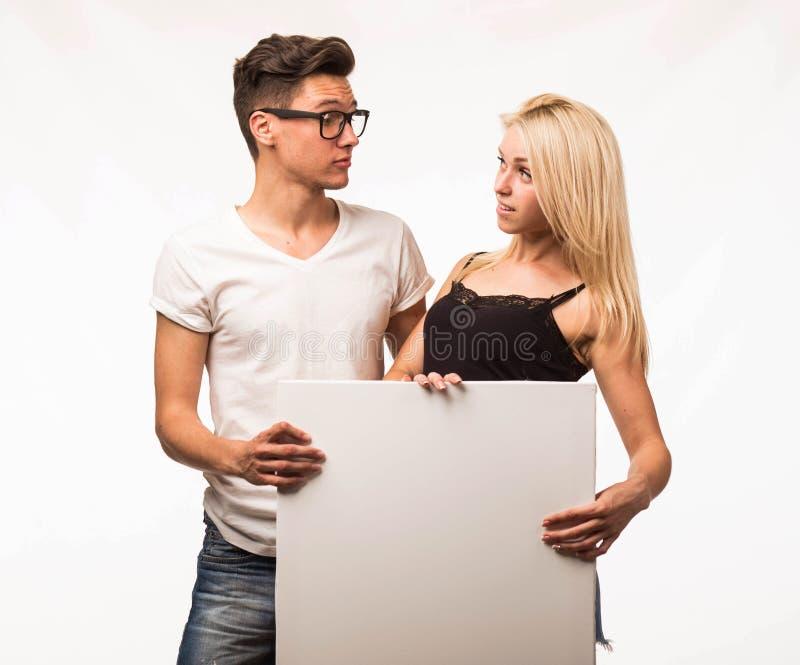 Les jeunes étonnés couplent montrer la présentation dirigeant la plaquette images libres de droits