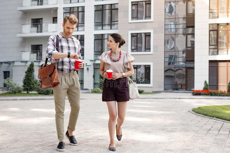 Les jeunes agréables ayant une promenade photos libres de droits