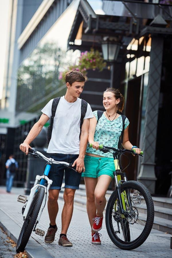 Les jeunes, ajouter aux bicyclettes sur la rue images stock