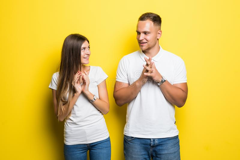 Les jeunes ajouter aux visages insidieux et grimaçants sourient et quelque chose malhonnête conçu d'isolement sur le fond jaune L photos libres de droits