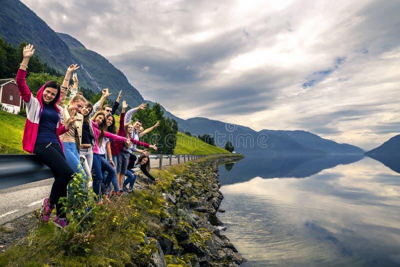 Les jeunes appréciant la vue sur la maison de manière de retour, Norvège photographie stock