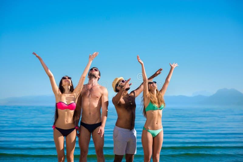 Les jeunes appréciant les vacances sur l'île photos libres de droits