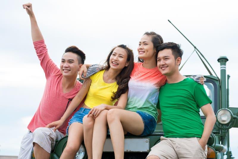 Les jeunes asiatiques gais photographie stock libre de droits