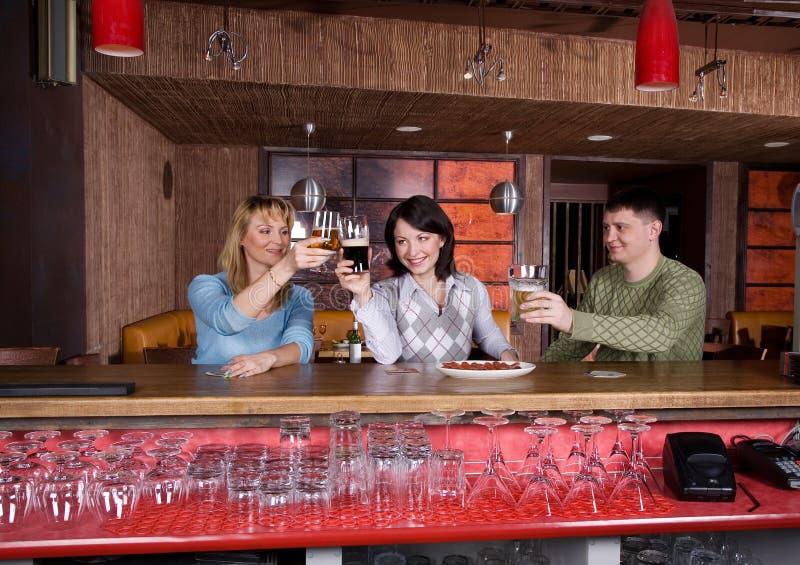 Download Les jeunes au restaurant photo stock. Image du glace, vacances - 8651086