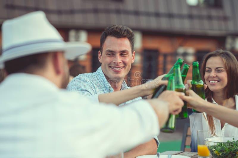 Les jeunes avec de la bière photographie stock libre de droits
