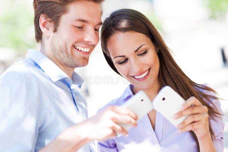 Les jeunes avec des téléphones portables photo libre de droits