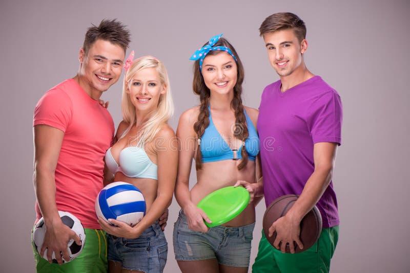 Les jeunes avec les boules et le frisbee photographie stock libre de droits
