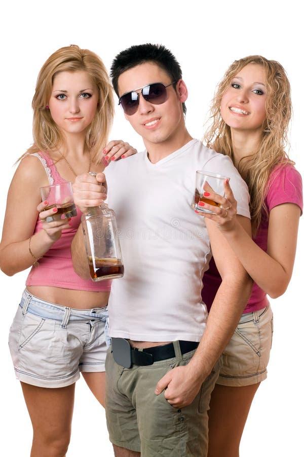 Les jeunes avec une bouteille de whiskey images libres de droits