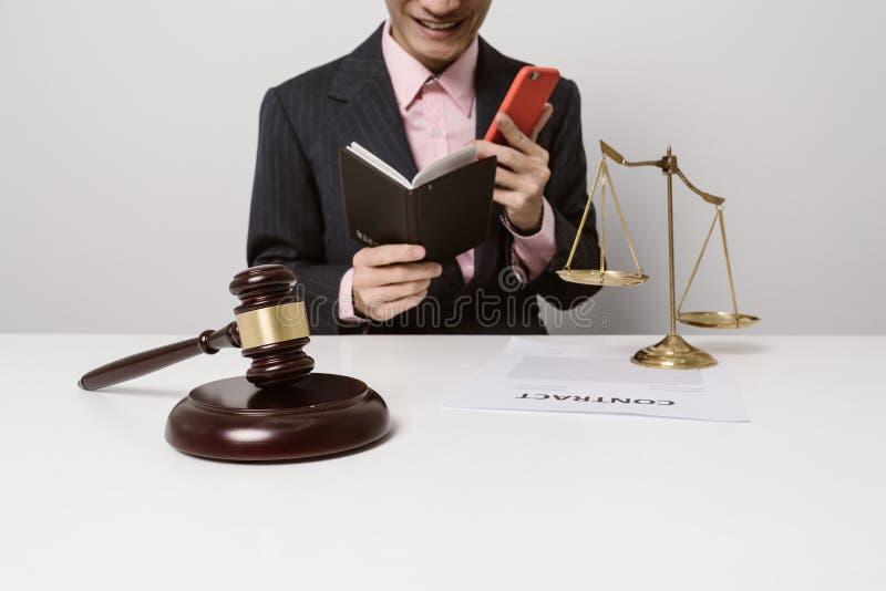 Les jeunes avocats étudient des documents de contrat photographie stock libre de droits